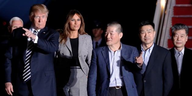 El presidente de Estados Unidos, Donald Trump, y la primera dama, Melania Trump, se reúnen con los tres estadounidenses liberados en Corea del Norte a su llegada a Joint Base Andrews, Maryland, EE. UU.