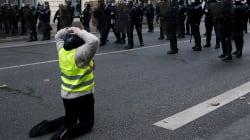 In ginocchio e con le mani in testa: la protesta simbolo di uno dei gilet gialli davanti alla