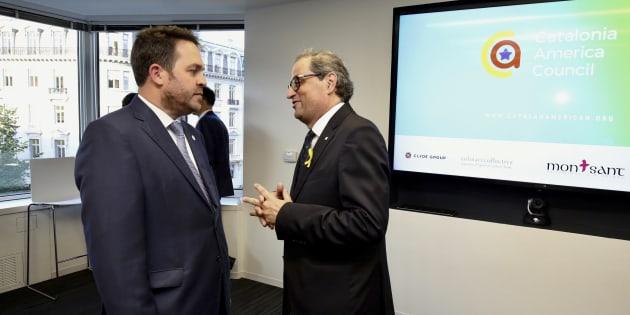 Fotografía facilitada por la Generalitat de Catalunya de su presidente, Quim Torra, conversando con el fundador del Catalonia America Council, Andrew Davis.