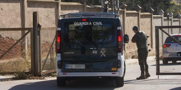 Una furgoneta de la Guardia Civil entra en el Cuartel Santa Eulalia de Sant Boi, donde ayer el Ministerio de Defensa envió material logístico por si se tuviera que alojar allí a los agentes de refuerzo en Cataluña.