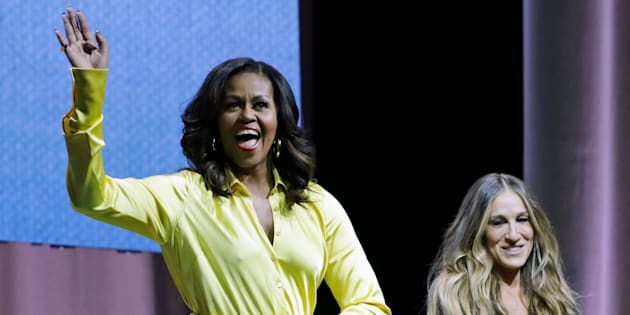 "La exprimera dama Michelle Obama saluda a la multitud que la acompaña en la presentacióno de su libro ""Becoming: An Intimate Conversation with Michelle Obama"" en Nueva York"
