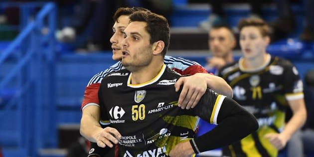 Florent Manaudou lors de son premier match de handball avec son club d'Aix-en-Provence, le 4 février 2017.
