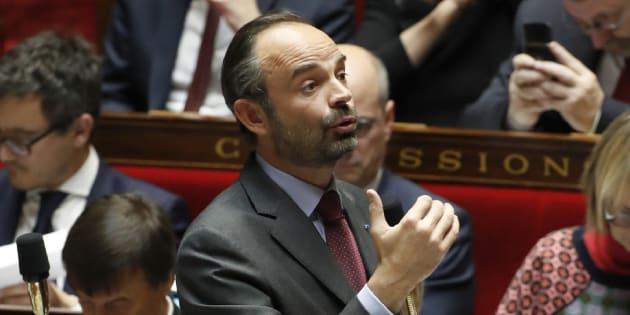 Critiqué jusque dans sa majorité, le gouvernement contraint de se justifier sur les migrants.