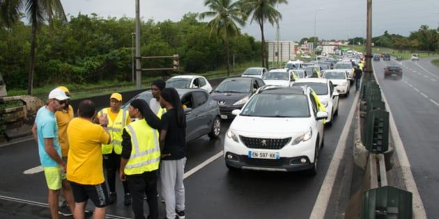 Francia, i gilet gialli bloccano distributori di carburante: