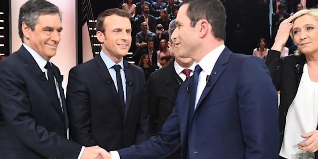 François Fillon et Benoît Hamon se serrent la main sur le plateau télévisé du Grand Débat présidentiel, entourés d'Emmanuel Macron, de Jean-Luc Mélenchon et de Marine Le Pen.