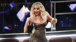 Senza nomination e con un calice di vino: Jennifer Lawrence ruba la scena a tutte (e non solo per il