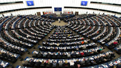 José Bové et plusieurs eurodéputés coupent le courant au Parlement européen en soutien à la grève des