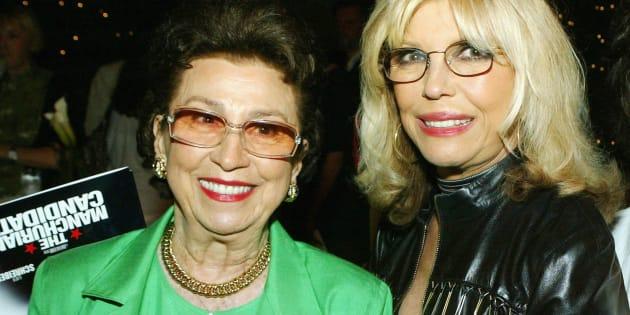 Nancy Sinatra Sr. (à gauche), ici en 2002 avec sa fille, chanteuse Nancy Sinatra Jr.