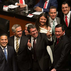 Hombres se 'agandallan' puestos de poder en el Congreso de la
