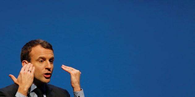 Emmanuel Macron est accusé par la droite et l'extrême droite d'avoir sous évalué son patrimoine.
