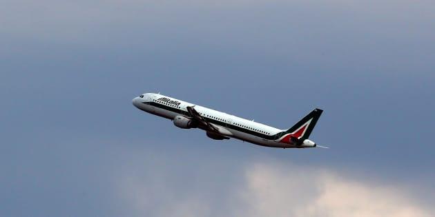 Bimbo di due anni muore in aereo durante il volo