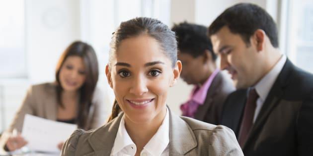 Une femme lors d'une réunion de travail. Image d'illustration