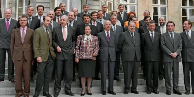 Simone Veil, alors ministre des Affaires sociales, de la santé et de la ville, et les ministres du gouvernement d'Edouard Balladur posent le 31 mars 1993, pour la photo de famille, sur le perron de l'Hôtel Matignon.