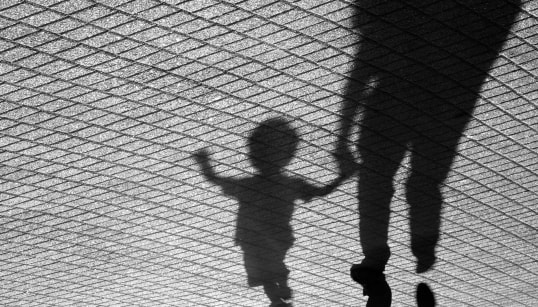 UCCISO A 2 ANNI - Piange perché vuole tornare dalla nonna, madre strangola il figlio a