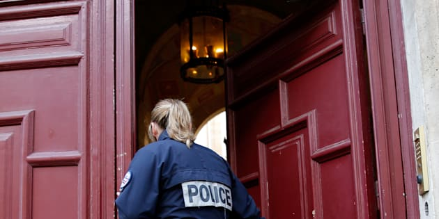 Un officier de police devant la résidence de luxe de Kim Kardashian, rue Tronchet à Paris, le 3 octobre 2016.