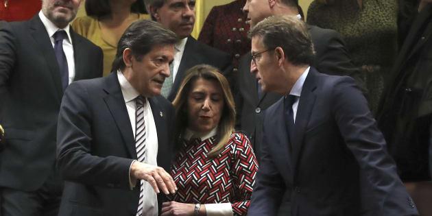 Susana Díaz, entre Javier Fernández y Alberto Nuñez-Feijóo, hoy en el Congreso.