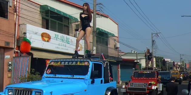 Les danseuses se sont produites sur les véhicules pendant les funérailles du 3 janvier.