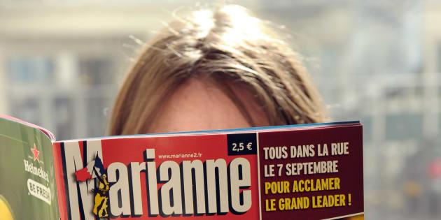 Une femme lit le magazine Marianne, aujourd'hui en cessation de paiement, en 2010