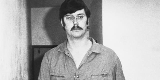 Le tueur en série américain Edmund Kemper a été accusé de 10 meurtres dont celui de sa propre mère. Personnage impressionnant par sa taille et son poids, il a commencé sa série de meurtres avec celui de ses grands-parents à quinze ans.