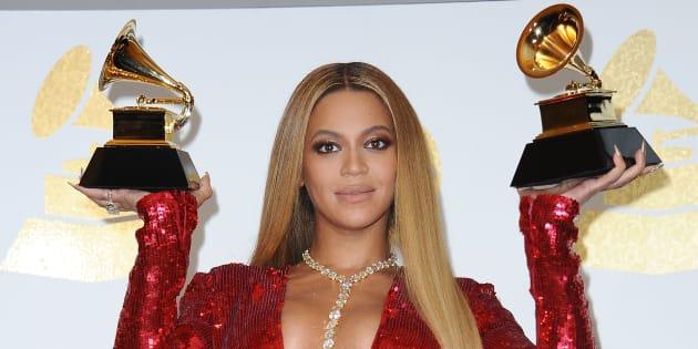 En février, Beyoncé pose avec ses deux Grammys.