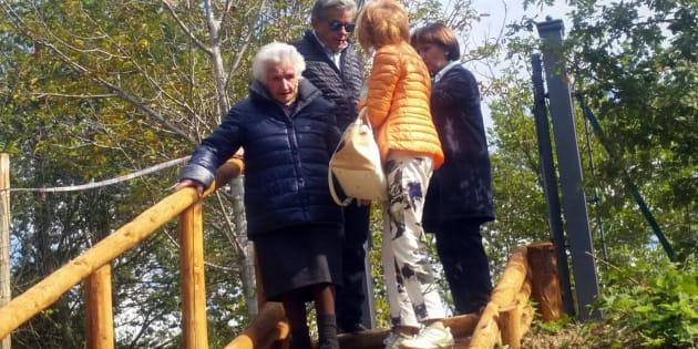 La 95enne Giuseppa Fattori lascia la casetta di legno abusiva costruita dopo il terremoto in un terreno edificabile di sua proprietà nella frazione Moreggini a San Martino di Fiastra.
