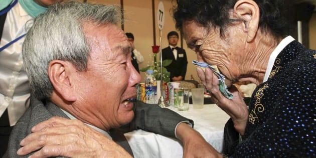 Le Sud-Coréen Kim Ho-Dae retrouve sa soeur nord-coréenne Kim Ho-Sook lors d'une réunion de familles en 2010.
