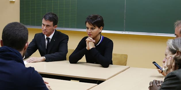 Le Premier ministre Manuel Valls et la ministre de l'Education Nationale Najat Vallaud-Belkacem dans une école primaire le 16 novembre 2015 à Paris.