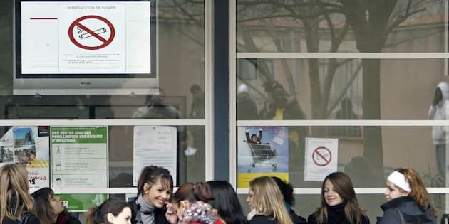 L'interdiction de fumer dans l'enceinte des collèges et lycées restera strictement appliquée.