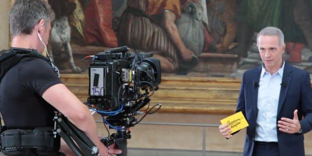 """Samuel Étienne lors du tournage de """"Questions pour un champion"""" au Louvre."""