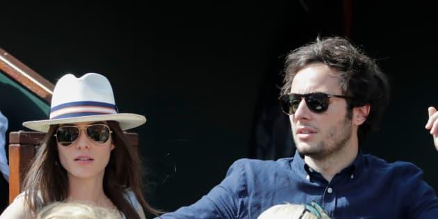 Vianney  et sa compagne la violoncelliste Catherine Robert lors du huitième de finale opposant Novak Djokovic à Fernando Verdasco, le 3 juin 2018.