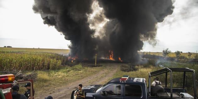 Imagen de la explosión de una toma clandestina de combustible en las inmediaciones del poblado Calomato, en Sinaloa.