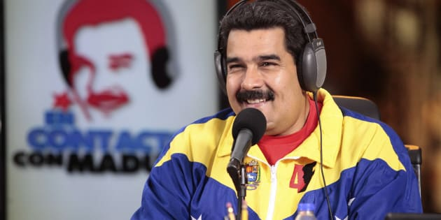"""Le président vénézuélien Nicolas Maduro présente son émission de radio, """"En contact avec Maduro"""",  le 1er juillet 2014."""