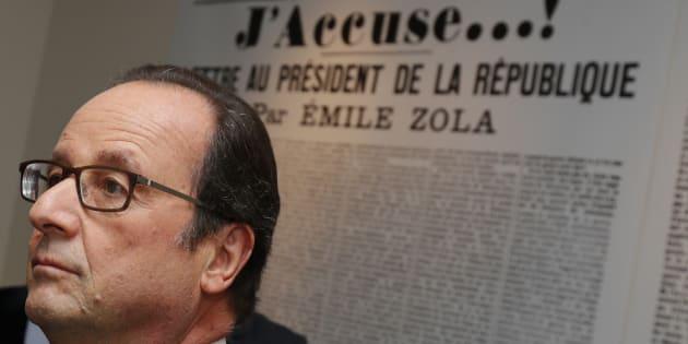 """Le Président François Hollande se tient devant une reproduction de la lettre de l'écrivain Emile Zola au Président de la République, """"J'Accuse"""", dans laquelle il défendait Alfred Dreyfus, à l'intérieur de la maison de Zola à Medan près de Paris, le 2 octobre 2016."""