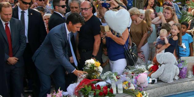Justin Trudeau a participé à un hommage aux victimes de la fusillade de Toronto, lundi, tout près du lieu où Julianna Kozis et Reese Fallon ont été abattues.