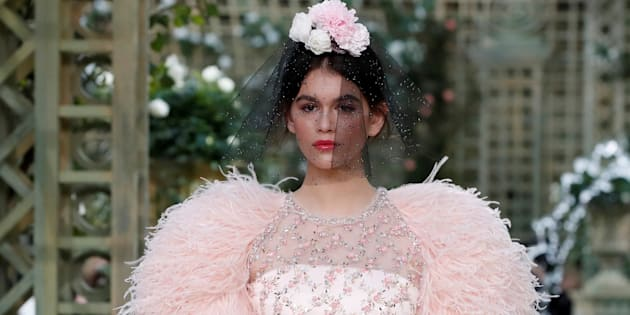 @kaiagerber at the Spring-Summer 2018 #CHANELHauteCouture show, wearing a dress embellished with feathers and floral embroideries. зурган илэрцүүд