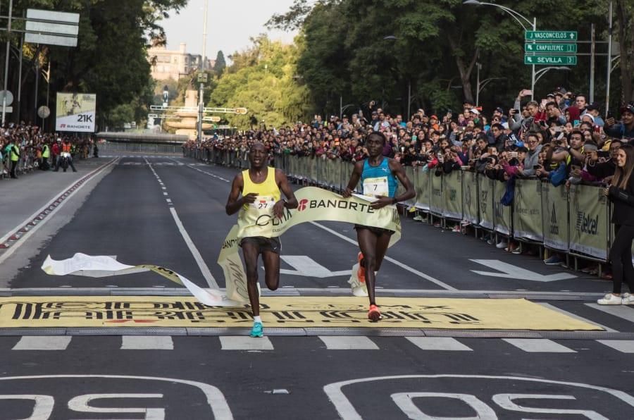 Este domingo se llevó a cabo el Medio Maratón de Ciudad de México sobre Paseo de la Reforma. Juliius Kibet y Emmanuel Chamer, ambos de Kenya, resultaron ganadores en primero y segundo lugar, respectivamente.