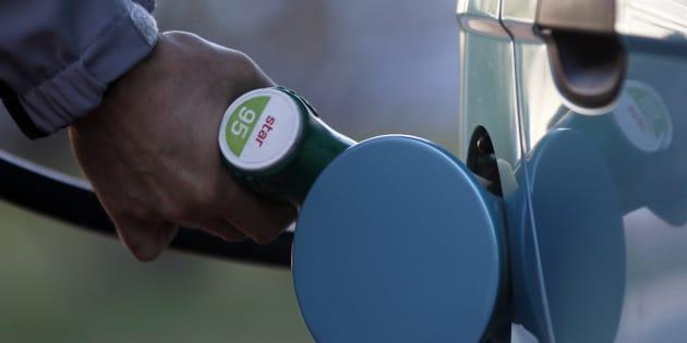Un usuario reposta en una gasolinera de Madrid.