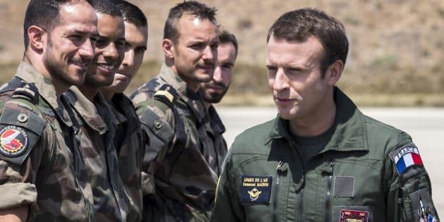 Emmanuel Macron saluda a un grupo de soldados durante su visita a una base aérea en Istres, el pasado día 20.