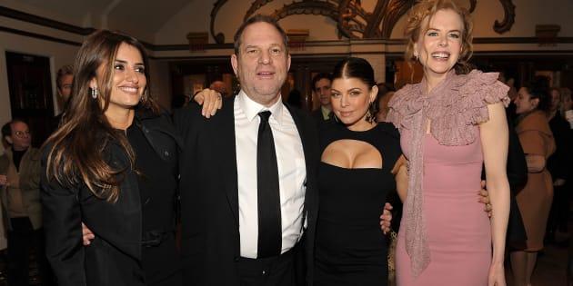 La actriz Penelope Cruz junto al productor Harvey Weinstein, la actriz y cantante 'Fergie' y la también actriz Nicole Kidman en la premiere de 'Nine' en diciembre de 2009.