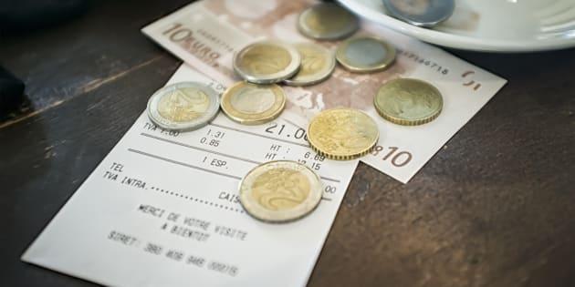 """A imagem mostra uma conta normal: 9,10 euros por três croissants, dois cafés com leite, um suco grande, uma Coca-Cola, um café simples e """"um suplemento""""."""