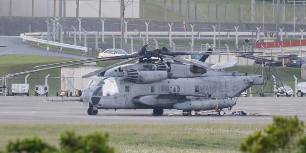 米軍普天間飛行場に駐機する、窓枠部分がシートで覆われた米海兵隊のCH53E大型輸送ヘリコプター=14日、沖縄県宜野湾市
