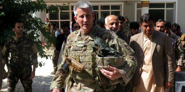 Le général américain John Nicholson avec des dirigeants afghans.