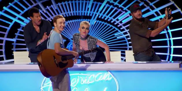 """La première de l'émission musicale """"American Idol"""", le dimanche 11 mars. Katy Perry accorde un baiser au candidat Benjamin Glaze."""