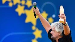 Grillo fa una battuta sui politici autistici, Renzi lo attacca: