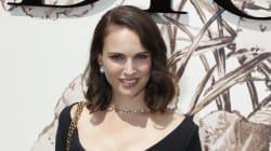 Natalie Portman en robe décolletée au défilé