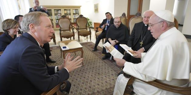 El papa Francisco (d) se reúne con el presidente de Microsoft, Brad Smith (i), en el Vaticano este miércoles.