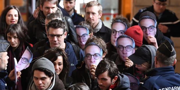 """Quelques uns des huit prévenus de l'affaire dite """"de Tarnac"""" arrivent au tribunal de Paris le 13 mars."""