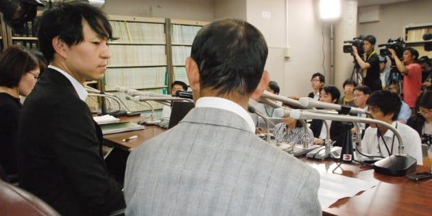 不妊手術を強制されたとして国に損害賠償を求める訴訟を起こし、記者会見する原告男性(手前右)=17日、東京・霞が関の司法記者クラブ