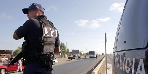 Un miembro de la Policía Estatal participa de un operativo de seguridad en una da las carreteras que llevan al puente internacional con Estados Unidos, en Nuevo Laredo.
