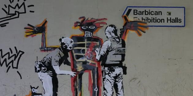 À Londres - non loin du Barbican Center, lieu de la prochaine exposition en hommage à Basquiat - le Britannique Banksy a revisité l'un des chefs d'oeuvres du peintre américain.